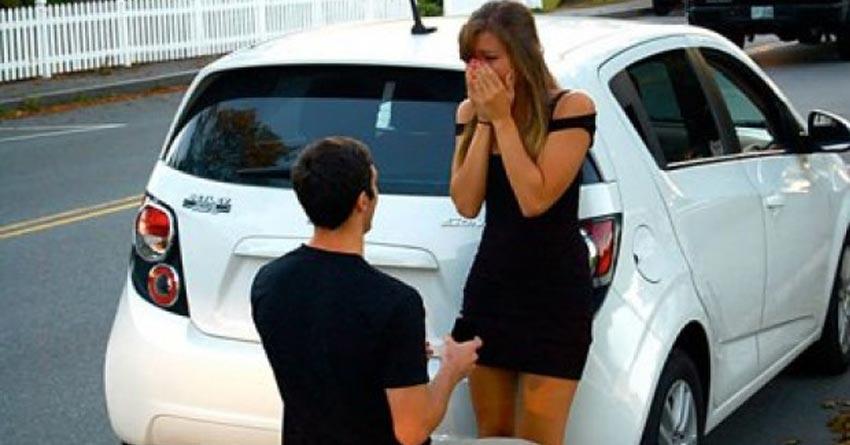 El le pide matrimonio y ella lo rechaza por ser pobre, luego de 10 años se encuentran de casualidad y sucede algo increíble